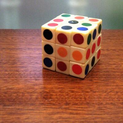 Open Plaats - retro rubik's cube speelgoed in de kringloopwinkel