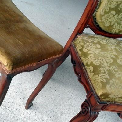 Open Plaats - antieken stoel en voetbankje in de kringloopwinkel