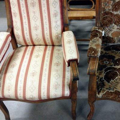Open Plaats - antieke fauteuils, met stof beklede zetels met leeuwenpootjes in de kringloopwinkel