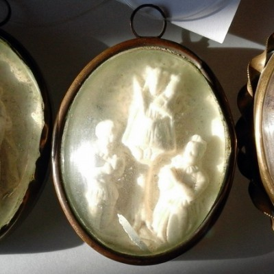 Open Plaats - tweedehands antiek heilgen medaillon in de kringloopwinkel
