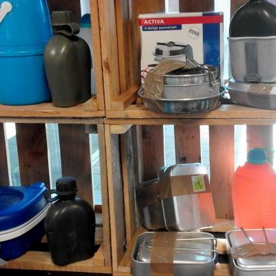 Open Plaats - tweedehands drinkflessen, lichtgewicht potten en pannen en ander kampeermateriaal