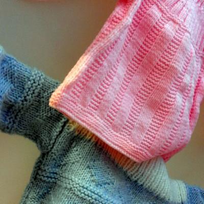 Open Plaats - tweedehands retro gebreide trui en kleedje voor baby en kleuter in de kringloopwinkel