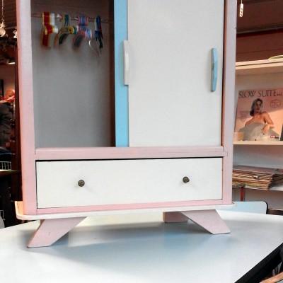 Open Plaats - vintage poppekast in de kringloopwinkel