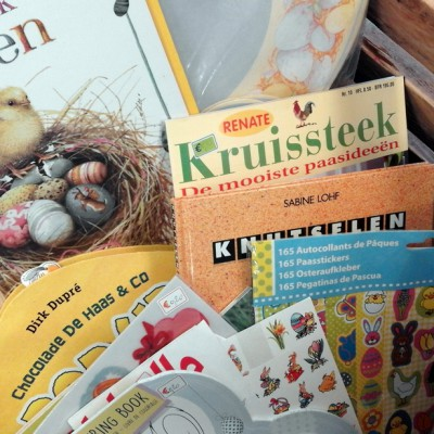 Open Plaats - Knutselen voor lente en pasen met tweedehands boeken en stickers in de kringloopwinkel
