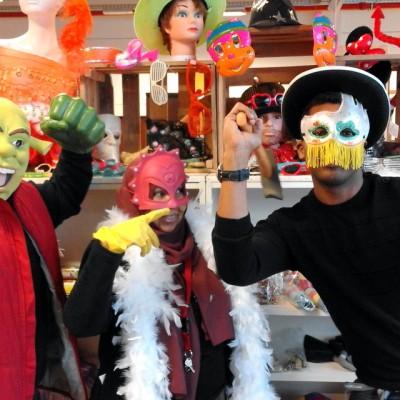 Open Plaats - shrek en mega mindy in de kringwinkel met carnaval