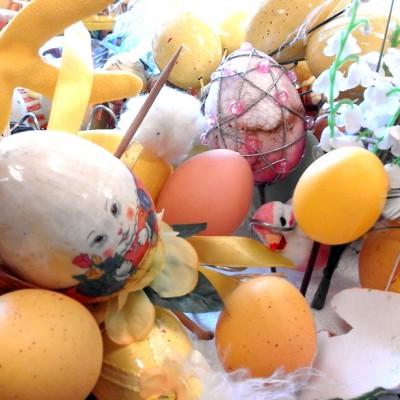 Open Plaats - beschilderde paaseieren en andere decoratie voor pasen en de lente in de kringloopwinkel