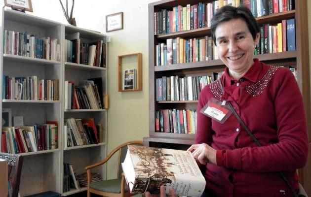 Open Plaats Mieke vult tweedehands boeken aan in de kringloopwinkel