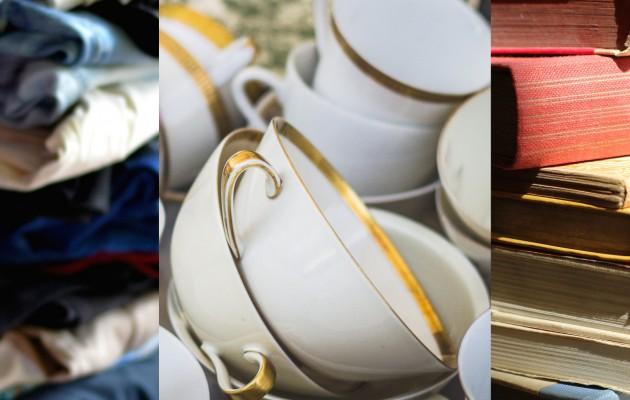 Open Plaats stapels kleren, boeken en keukengerei op de stockervkopen in de kringloopwinkel in Gent - Brugse Poort