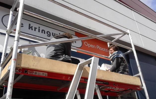 Open Plaats we hangen ons nieuwe logo op: De Kringwinkel Open Plaats