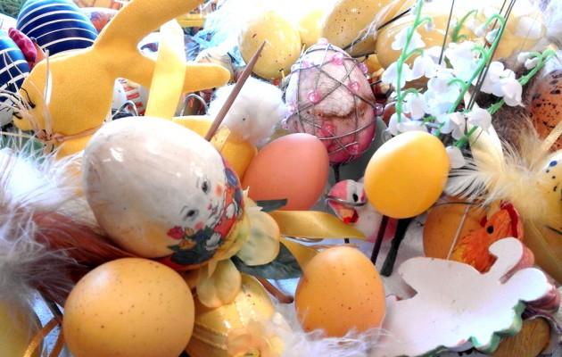 Open Plaats beschilderde paaseieren en andere decoratie voor pasen en de lente in de kringloopwinkel