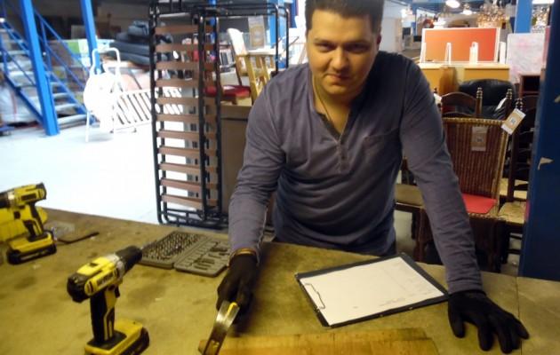 Open Plaats In het inzamelpunt van de Sloepstraat in Wondelgem leert Laszlo bij over meubels