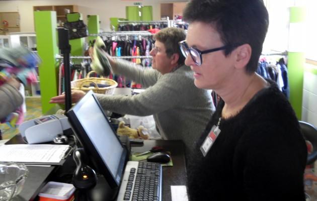 Open Plaats Ann doet elke zaterdag vrijwiligerswerk in de kringloopwinkel van Destelbergen