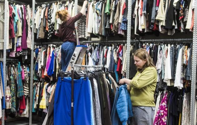 Open Plaats De Kringwinkel sorteert tweedehands kleding